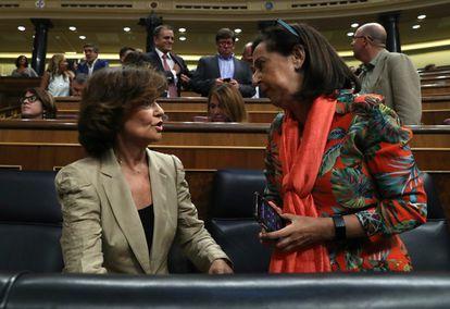 Carmen Calvo y Margarita Robles conversan en el Congreso de los Diputados en agosto de 2019.