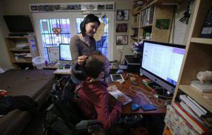 Mariale Nelo, junto a su esposo en el dormitorio de casa.