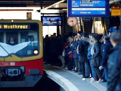 Pasajeros esperan el tren en la estación de Ostkreuz durante la huelga del servicio municipal del transporte en Berlín, el 15 de febrero.