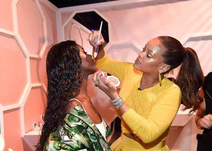 La cantante haciendo de maquilladora durante la presentación de 'Fenty Beauty by Rihanna' en Nueva York