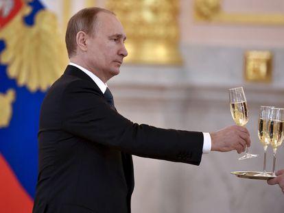 El presidente ruso, Vladímir Putin, sostiene una copa en una ceremonia en el Kremlin, en 2016.