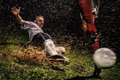 El detalle en la resolución de la imagen consigue una experiencia cada vez más cercana al juego. Las briznas del césped parecen saltar al sofá.