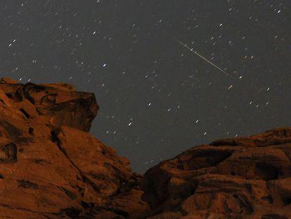 Un meteorito de las Perseidas pasa por encima de un afloramiento de arenisca en Redstone en el área silvestre de Pinto Valley en el Área de Recreación Nacional de Lake Mead, Nevada.