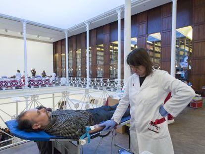 Una enfermera extrae sangre de un donante en la Fundación Antoni Tàpies.