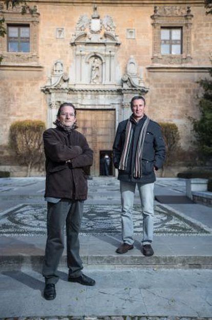 Miguel Ángel García Rubio y Antonio Oña, ante el Rectorado de la Universidad de Granada.