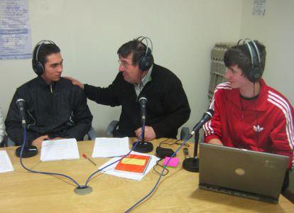 El profesor Bernardo Penabade, en el centro, con dos de sus alumnos en el programa de radio que realiza.