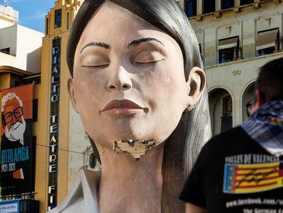 La falla municipal 'La Meditadora', en la plaza del Ayuntamiento de Valencia, mostraba este jueves desperfectos por la tormenta.