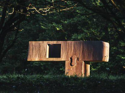 FOTO: La escultura 'Gora bera III', 1991 (acero corten). Álex Iturralde / VÍDEO: Saúl Ruiz