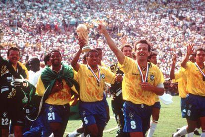 Brasileiros comemoram o título da Copa de 1994, nos Estados Unidos.