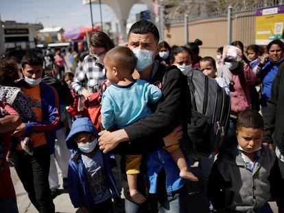 Algunos migrantes que buscan asilo en Estados Unidos permanecen en el cruce fronterizo de Ciudad Juárez (Chihuahua), al norte de México.