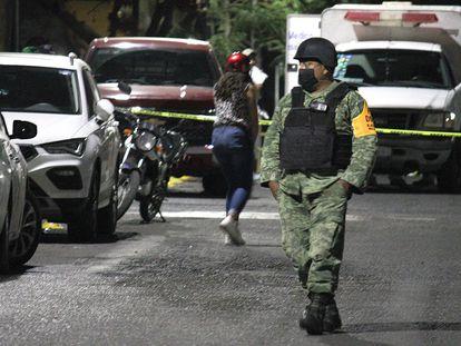 Un militar, junto a la escena de un crimen en Guanajuato.