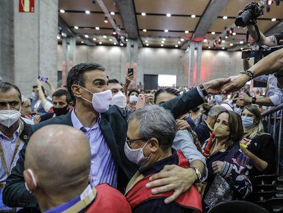 Pedro Sánchez, rodeado por militantes este domingo en el congreso del PSOE, en Valencia.