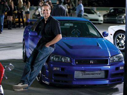 Paul Walker posa con el coche que ahora está a la venta, en 2008.