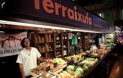 Comercio rotulado en valenciano en el mercado de Russafa.