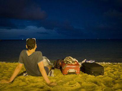 Un par de turistas navarros pasan la noche en la Barceloneta.