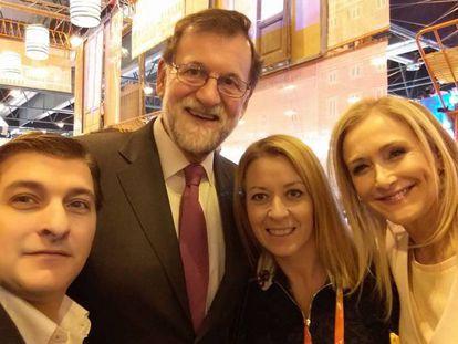 César Román (i.) posa con Rajoy y Cifuentes en Fitur a principios de año. En vídeo, declaraciones del empresario durante la inauguración de uno de sus restaurantes.