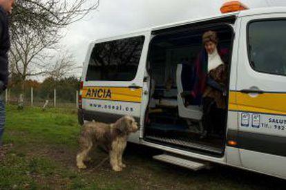 14.37. DE REGRESO A CASA. Gloria Otero se apea de la ambulancia cuando llega de nuevo a su casa de O Saviñao tras el viaje de 400 kilómetros en un solo día para tratarse en A Coruña.