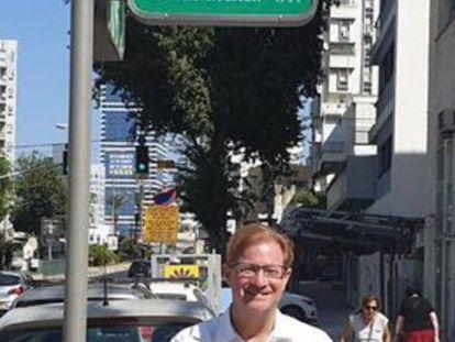 Andrés Roemer posa frente a una calle en Jerusalén que lleva su nombre.