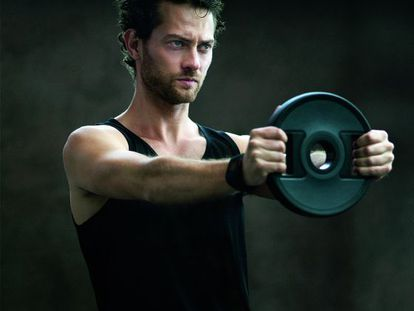 """""""Este ejercicio potencia la zancada al mismo tiempo que fortalece el abdomen, zona lumbar y hombros"""", asegura Giacchetta."""