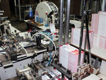 Una de las máquinas empaquetadoras en una de las fábricas desmanteladas en una imagen cedida por la Guardia Civil.
