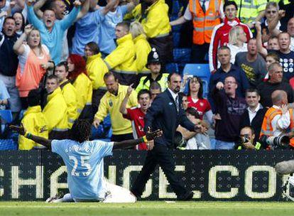 Adebayor celebra su gol frente a los seguidores del Arsenal, su ex equipo.