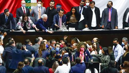 Momento de la pelea en la tribuna de la Cámara de Diputados, la madrugada de este miércoles.