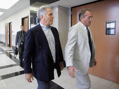 Jeffrey Epstein acompañado de uno de sus asesores legales en una de sus comparecencias en el juzgado antes de su suicidio.