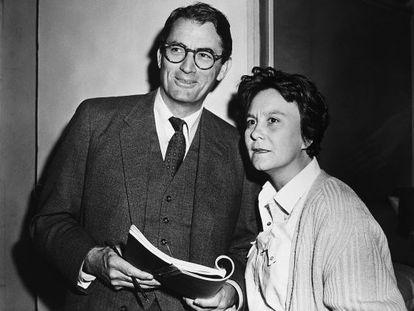 La escritora Harper Lee junto al actor Gregory Peck, que protagonizaría la versión cinematográfica de su libro 'Matar a un ruiseñor'