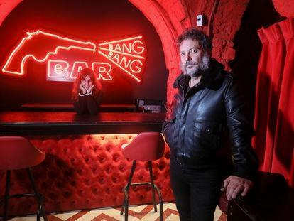 """Estupenda Jones, propietaria del local de copas """"Estupenda"""" en el barrio de Malasaña, junto a Enrique Lavigne, productor de cine y uno de los clientes que han participado en el micromecenazgo para salvar el cierre del local desde marzo"""