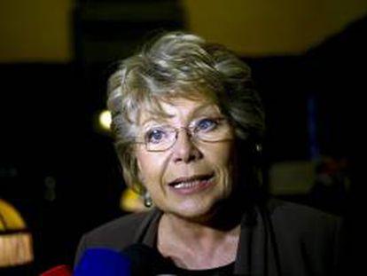 La comisaria europea de Justicia, Viviane Reding, habla con los medios durante su visita al Palacio de la Bolsa en Oporto, Portugal hoy, miércoles 20 de febrero de 2013.