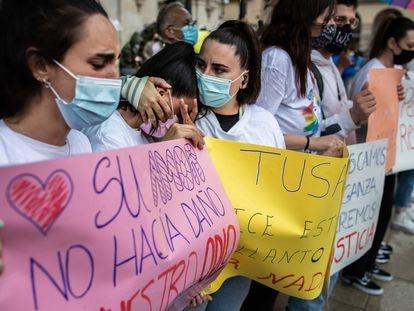 Amigas de Samuel Luiz durante la concentración en repulsa por su asesinato, este lunes en A Coruña.