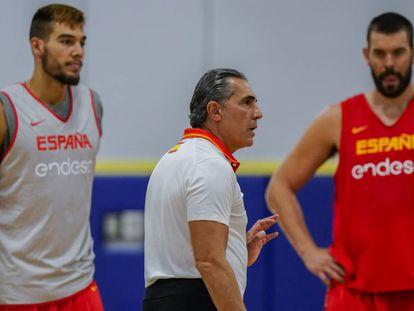Sergio Scariolo da instrucciones en un entrenamiento en presencia de Willy Hernangómez y Marc Gasol
