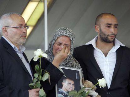 Los padres y hermano del militar francés Imad Ibn Ziaten, una de las siete víctimas de Mohamed Merah.
