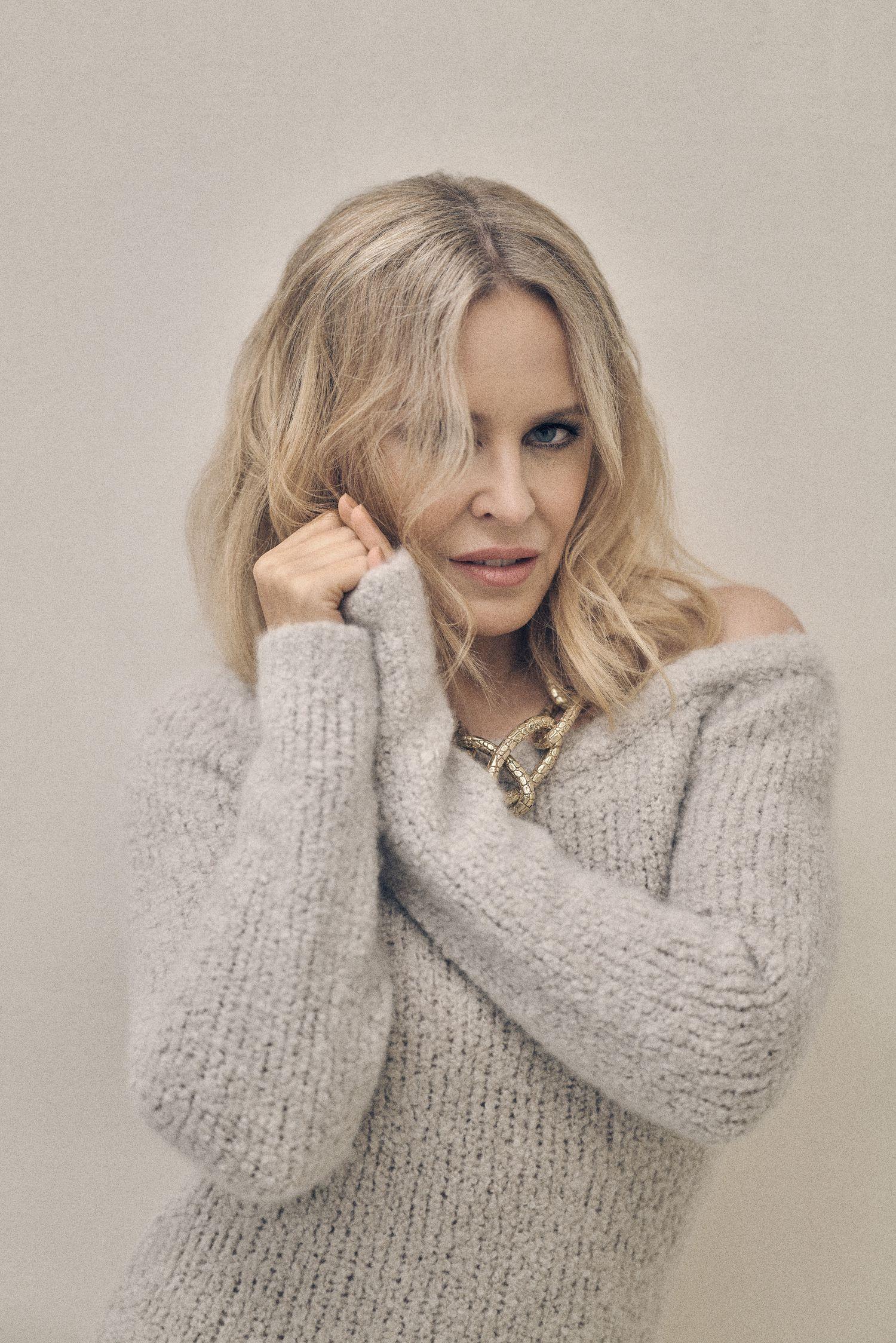 Kylie Minogue, que posa en la foto con vestido de punto GABRIELA HEARST y cadena GIOVANNI RASPINI, aprendió labores de producción y creó un pequeño estudio en su casa para grabar 'Disco', un álbum creado durante la pandemia.