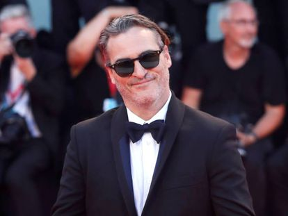 Joaquin Phoenix, ayer, en la proyección de gala de 'Joker'. En el video, tráiler de la película.