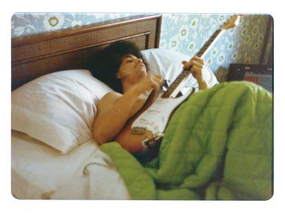 Prince toca la guitarra en la cama, en 1976.