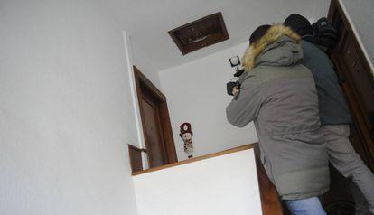 Puerta de la vivienda de la mujer asesinada en Laredo.