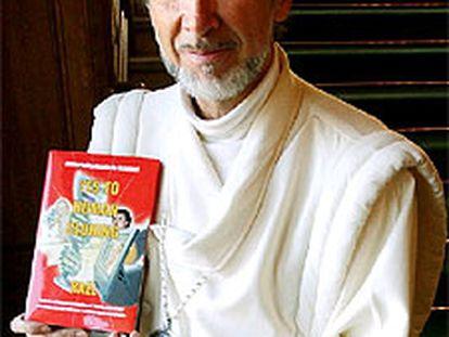 Claude Vorilhon, alias Rael, posa con su libro a favor de la clonación.