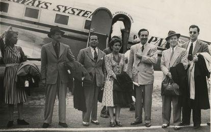 Disney y un grupo de artistas durante el viaje.