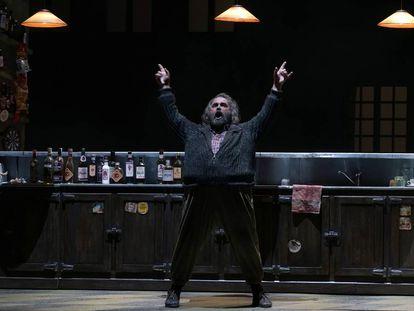 Roberto De Candia encarna a un Falstaff exultante en el segundo acto de la ópera.