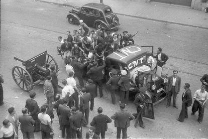 El fotógrafo Agustí Centelles tomó esta imagen de una camioneta de la CNT ocupada por hombres y mujeres que llevan cuadros con simbología republicana. La foto es en la barcelonesa Vía Laietana, el 19 de julio.