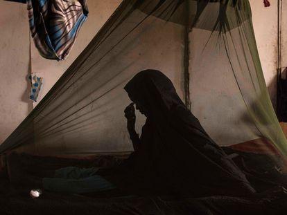 Una mujer enferma de tuberculosis, en su cama del hospital general de Barawe, en Somalia, en 2016.