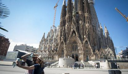 Una pareja se fotografía ante la Sagrada Familia, en agosto pasado.