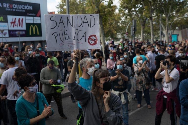 Concentración frente a la Asamblea de Madrid  contra las medidas de restricción en las zonas sanitarias con más incidencia de covid19 en Madrid.