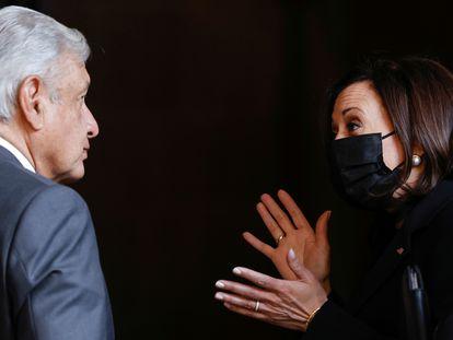 López Obrador y Kamala Harris conversan este lunes en el Palacio Nacional.