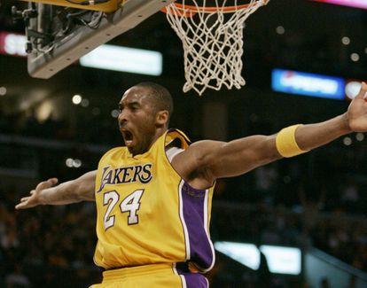 Kobe Bryant celebra un tanto para Los Angeles Lakers en abril de 2007.