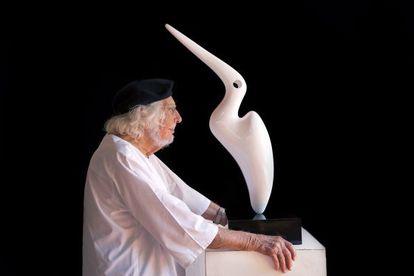 Ernesto Cardenal posa junto a una de sus esculturas en su taller de Managua.