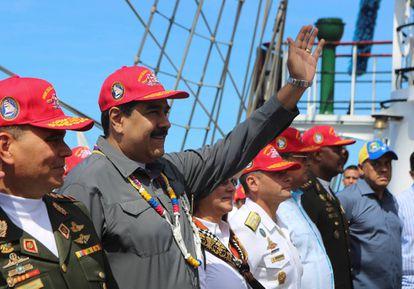 Maduro, el pasado viernes con oficiales en La Guaira (Venezuela).