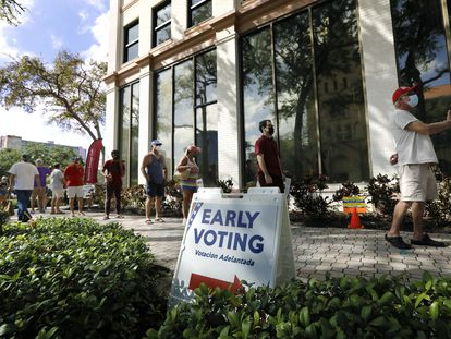 Una fila de votantes en un centro de voto anticipado de Florida.