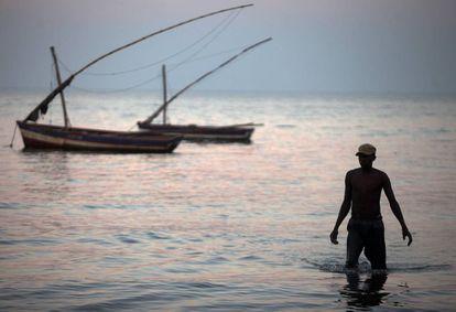 Un pescador en Maputo (Mozambique).